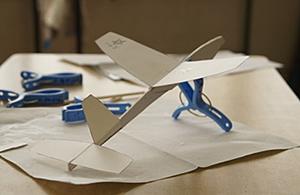 紙飛行機の製作指導01
